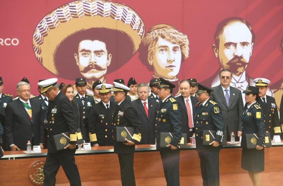 Entrega de ascensos y condecoraciones a integrantes de las fuerzas armadas, 109 aniversario de la Revolución Mexicana - 3